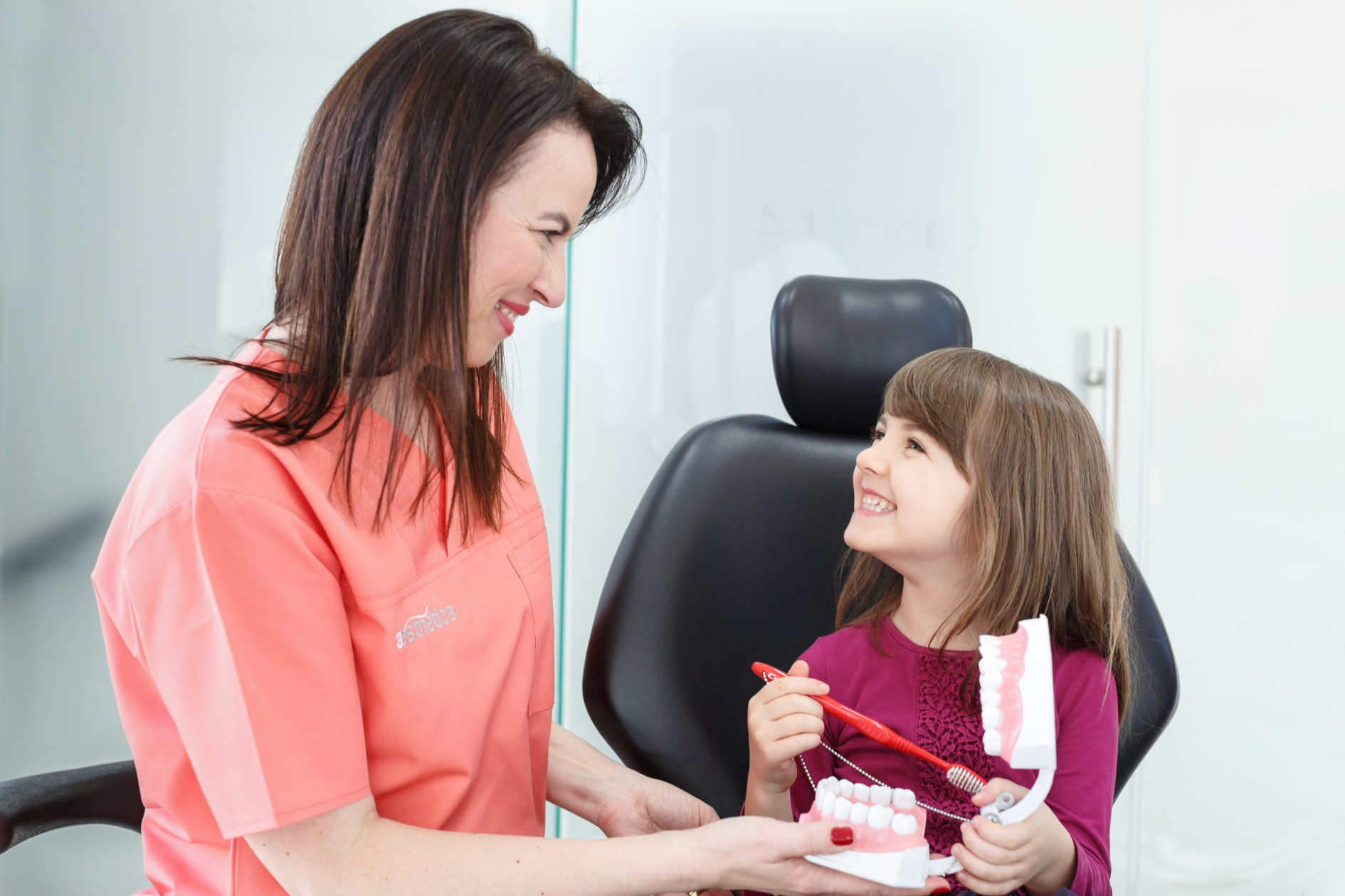 teama de dentist la copii, stomatolog pentru copii, clinica Aesthetica, clinica stomatologica Cluj